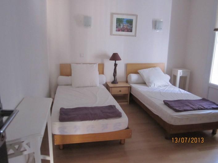 Location de vacances - Appartement à Saint-Raphaël - chambre 2 avec 2 lits jumeaux en 90