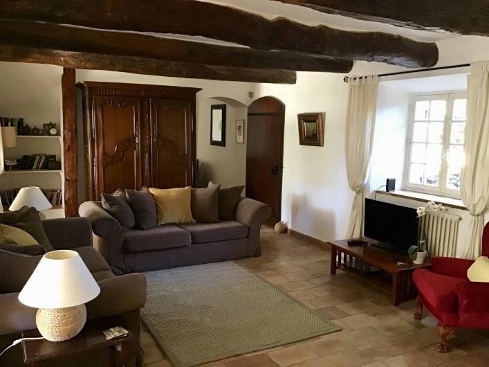 Location de vacances - Mas à Bagnols-en-Forêt - Le Salon avec sa cheminée. Acces a la grande terrace couverte et accueillante..