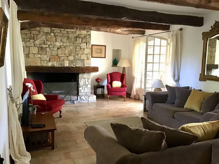 Location de vacances - Mas à Bagnols-en-Forêt - Salon avec acces a la terrace couvert