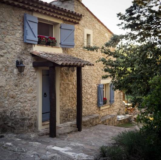 Location de vacances - Mas à Bagnols-en-Forêt - Bienvenue. La couleur de la  vieille pierre est si accueillante et chaleureuse.