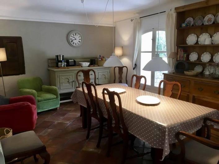 Location de vacances - Mas à Bagnols-en-Forêt - Salle a manger/cuisine spacieux. Acces au BBQ et terrace avec grande table.