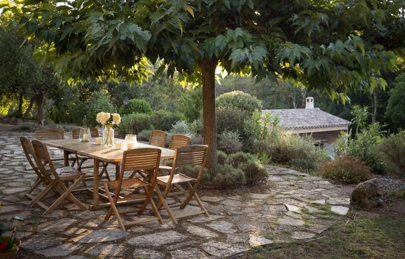 Location de vacances - Mas à Bagnols-en-Forêt - Repas sous l'ombre du Murier Platane