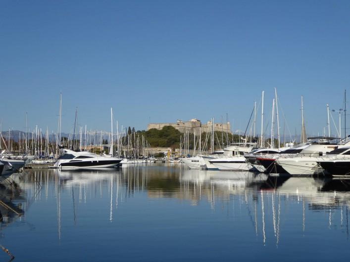 Location de vacances - Appartement à Antibes - Le port et le Fort carré construit par Vauban