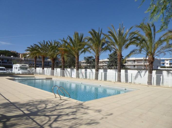 Location de vacances - Appartement à Antibes - Vous pourrez profiter de la piscine du 1er mai au 31 octobre.
