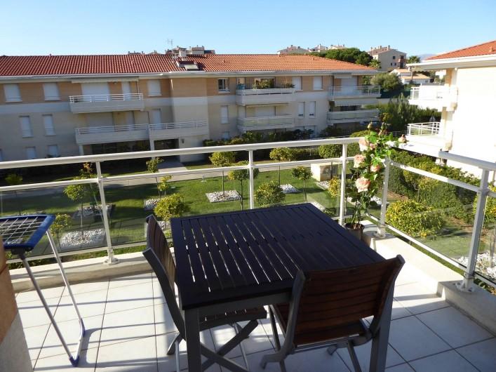 Location de vacances - Appartement à Antibes - Vous pourrez prendre vos repas au calme sur la terrasse