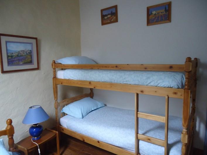 Location de vacances - Gîte à Marminiac - Chambre 2  ( 3 couchages : 1 lit simple et 2 lits superposés)