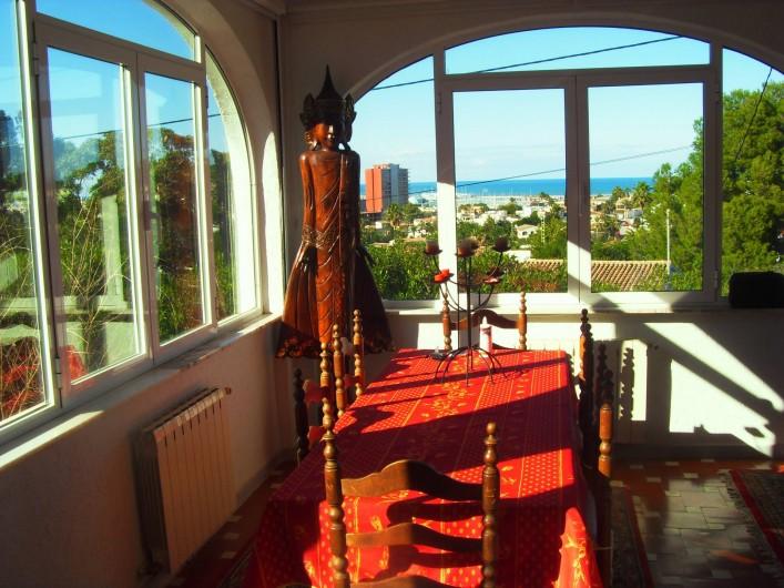 Location de vacances - Villa à Dénia - Salle à manger avec vue mer