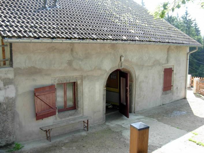 Location de vacances - Chalet à Cornimont - façade latérale historique avec une partie de la terrasse