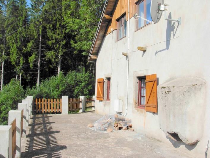 Location de vacances - Chalet à Cornimont - façade dans sur la plaine avec une partie de la terrasse