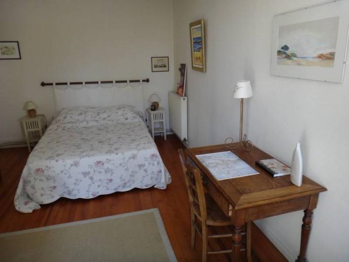 Location de vacances - Maison - Villa à Saint-Malo - Chambre des parents  avec lit de bébé et table à langer possibles.