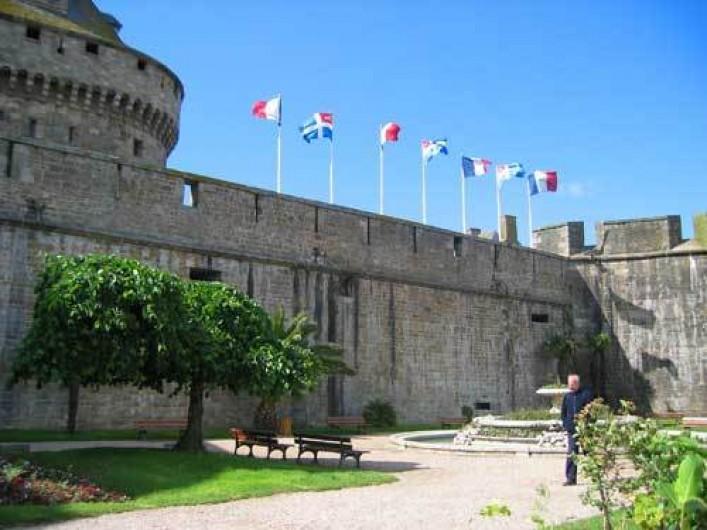 Location de vacances - Maison - Villa à Saint-Malo - Les remparts et le château de la vile close ( 5 mn en bus ou en voiture)