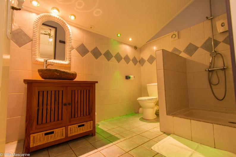 Location de vacances - Chambre d'hôtes à Saint-Leu - Salle d'eau de la chambre d'hôtes Allamanda