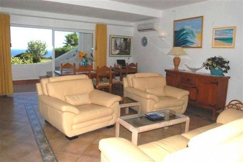 Location de vacances - Villa à Porches - Salon et séjour, vue sur mer