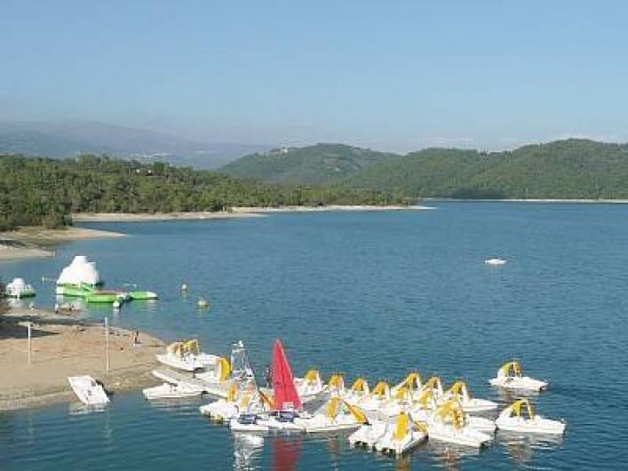Location de vacances - Bungalow - Mobilhome à Tourrettes - LAC SAINT-CASSIEN AVEC SES PÉDALOS ET SA PLAGE