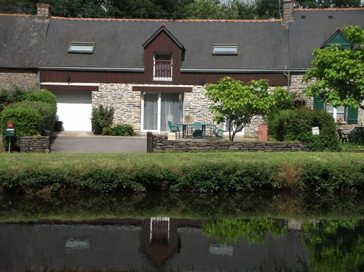 Location de vacances - Gîte à Saint-Marcel - Façade avec vue sur le canal