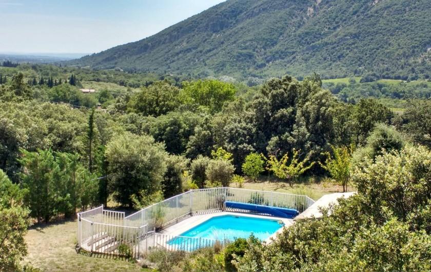 Location de vacances - Villa à Roche-Saint-Secret-Béconne - La piscine au coeur de la verdure. Un havre de paix!