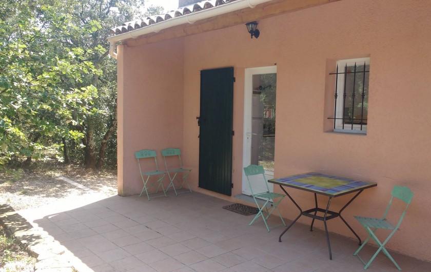 Location de vacances - Villa à Roche-Saint-Secret-Béconne - La terrasse au nord à l'abri de la chaleur, à l'ombre des chênes.