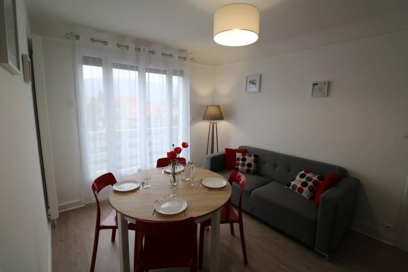 Location de vacances - Appartement à Aix-les-Bains - Salon avec table à manger (rallonge possible) et son canapé fixe 3 places