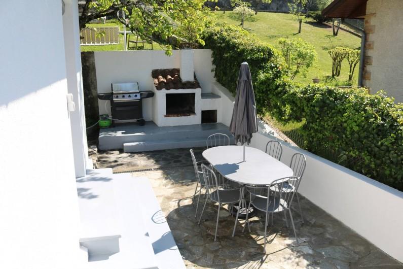 Location de vacances - Appartement à Aix-les-Bains - Table extérieure devant la cuisine, coin barbecue