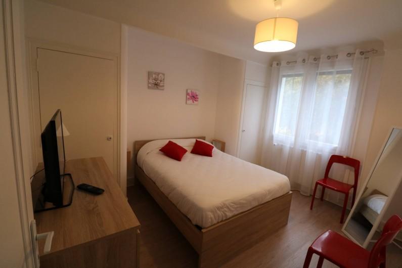 Location de vacances - Appartement à Aix-les-Bains - Psyché et tv, chambre parents
