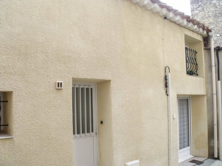 Location de vacances - Maison - Villa à Puisserguier - Façade donnant sur rue piétonne