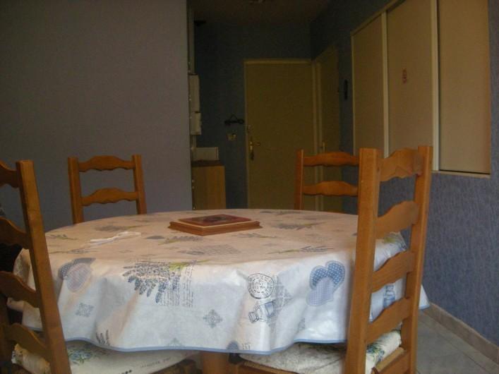 Location de vacances - Studio à Roquefort-la-Bédoule - Vue entrée appartement Grand rangement