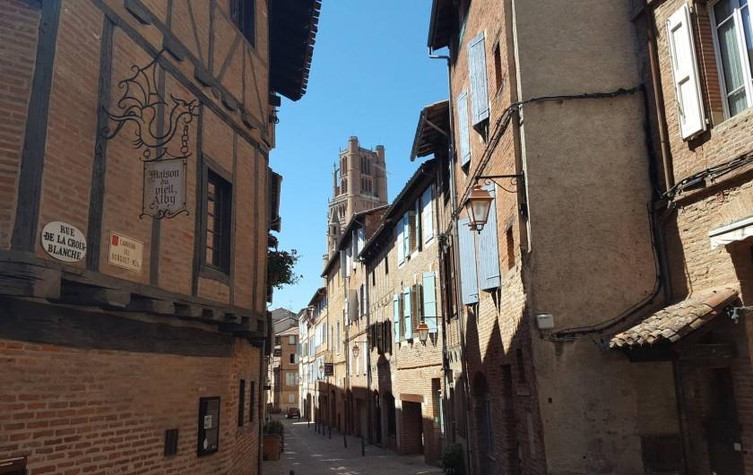 Location de vacances - Appartement à Albi - Le gîte du Castelnau est dans cette belle rue de la Croix Blanche