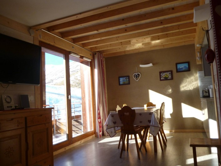 Location de vacances - Appartement à Le Corbier - séjour avec vue sur le balcon