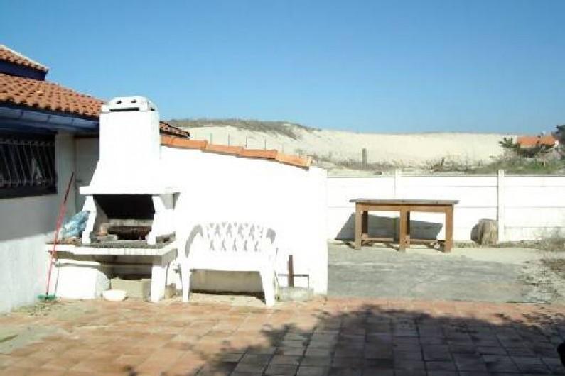 Location de vacances - Maison - Villa à Lacanau - terrasse à l'arrière de la maison avec barbecue