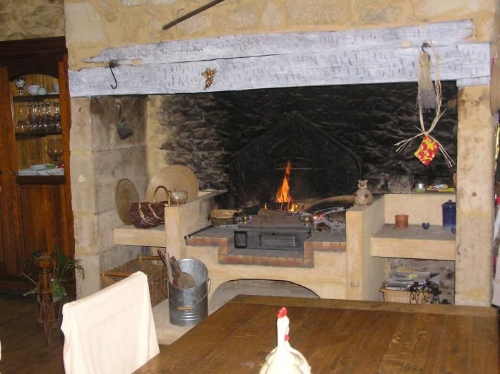 Location de vacances - Gîte à Sainte-Mondane - Cheminée de la cuisine pièce à vivre