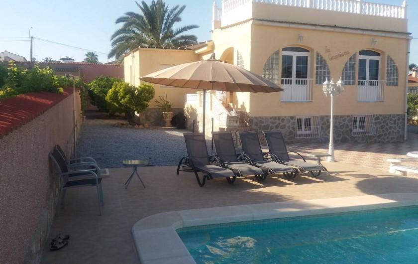 Location de vacances - Villa à Ciudad Quesada - piscine transats et gd parasol
