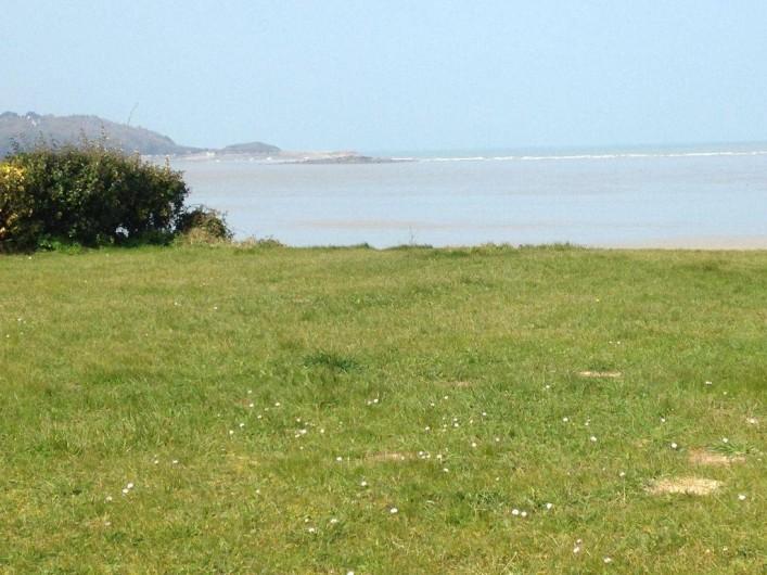 Location de vacances - Villa à Plestin-les-Grèves - terrain qui appartient a la maison qui donne sur la mer