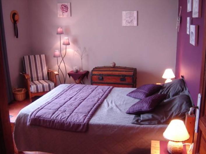 """Location de vacances - Villa à Saint-Julien-de-Cassagnas - La chambre """" aubergine """""""