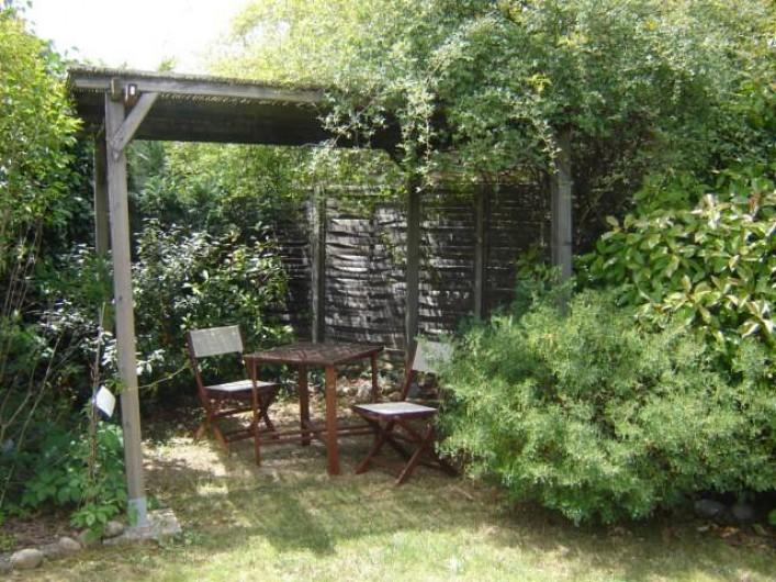 Location de vacances - Villa à Saint-Julien-de-Cassagnas - La pergola de l'espace  piscine
