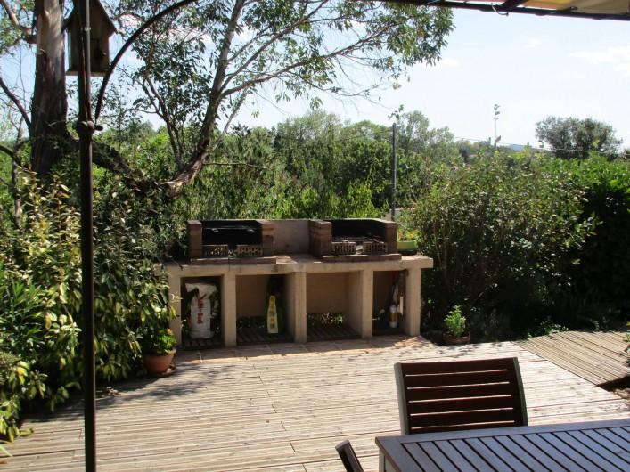 Location de vacances - Villa à Saint-Julien-de-Cassagnas - Le double barbecue de la terrasse cuisine