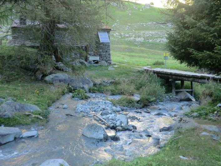 Location de vacances - Chalet à Station de Valfréjus - ruisseau à l'arrière du chalet