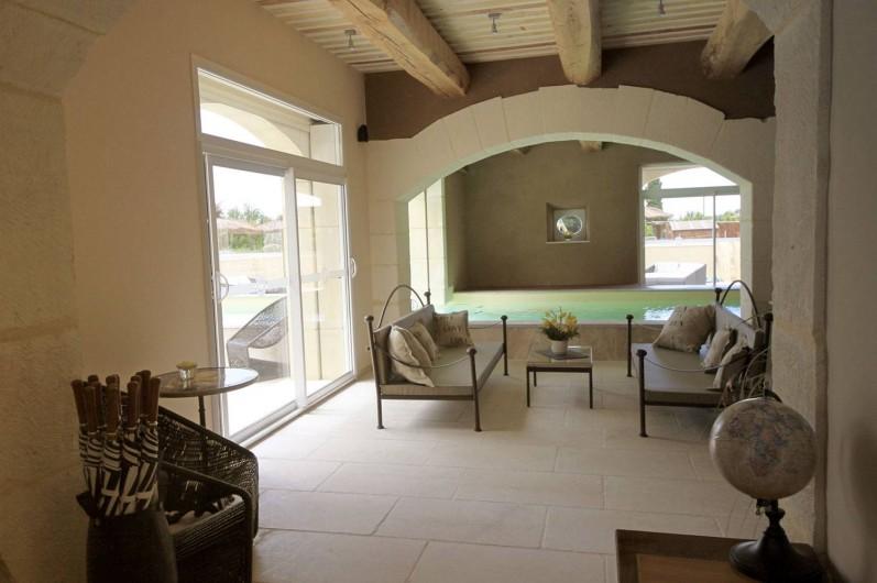 Location de vacances - Mas à Grillon - Vue sur l'espace détente et salon à côté de la piscine