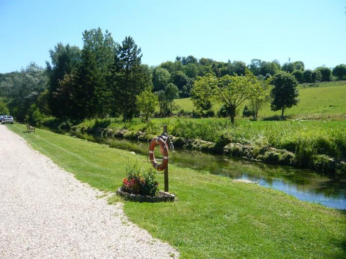 Location de vacances - Camping à Lyons-la-Forêt - Allée du camping au bord de la Lieure