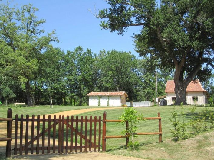 Location de vacances - Gîte à Saint-Laurent-des-Hommes - Votre arrivée - Vue de la route