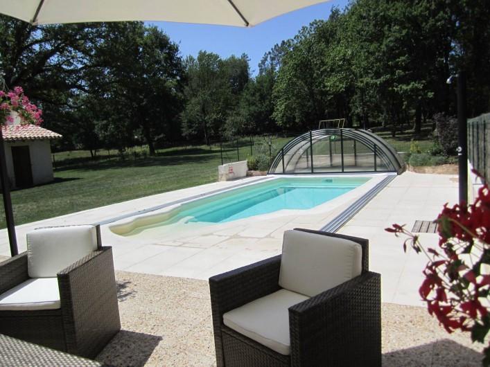 Location de vacances - Gîte à Saint-Laurent-des-Hommes - Vue de la terrasse - coin salon de jardin