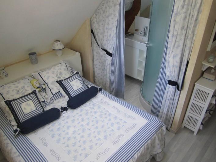 Location de vacances - Gîte à Saint-Laurent-des-Hommes - Chambre n°2 (étage) avec coin lavabo et douche
