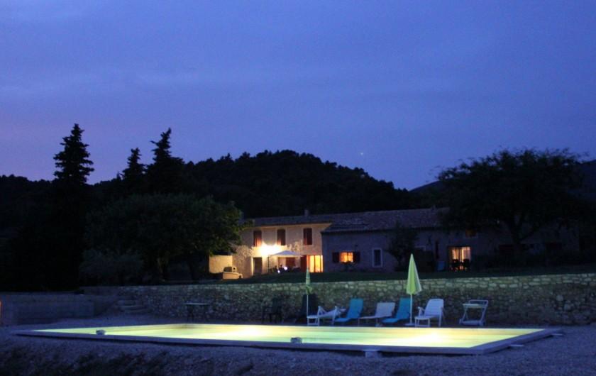 Location de vacances - Gîte à Cucuron - Vue de la campagne et de la piscine de nuit
