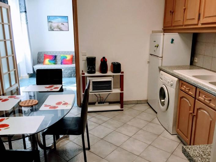 Location de vacances - Appartement à Saint-Raphaël - salle a manger cuisine et canape