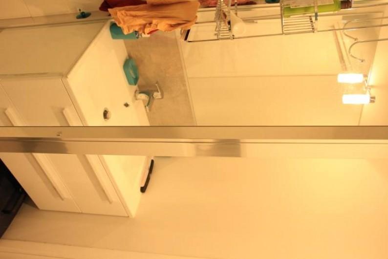 Location de vacances - Studio à Juan les Pins - Salle de bains avec douche à l'italienne et lavabo sur meuble