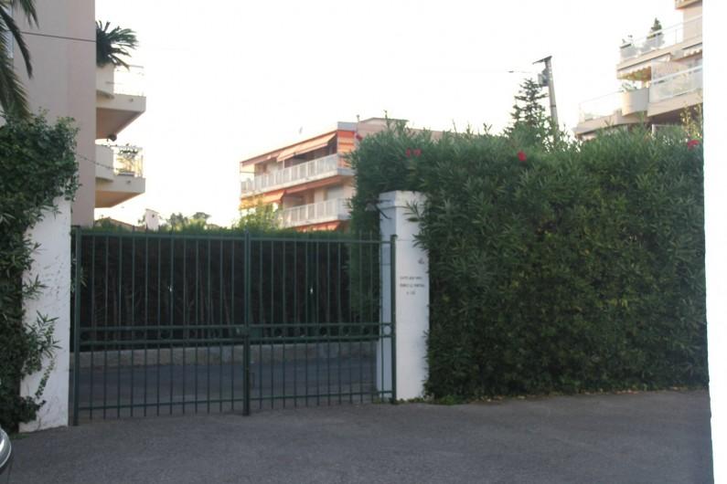 Location de vacances - Studio à Juan les Pins - Grille d'accès à la villa et au parking