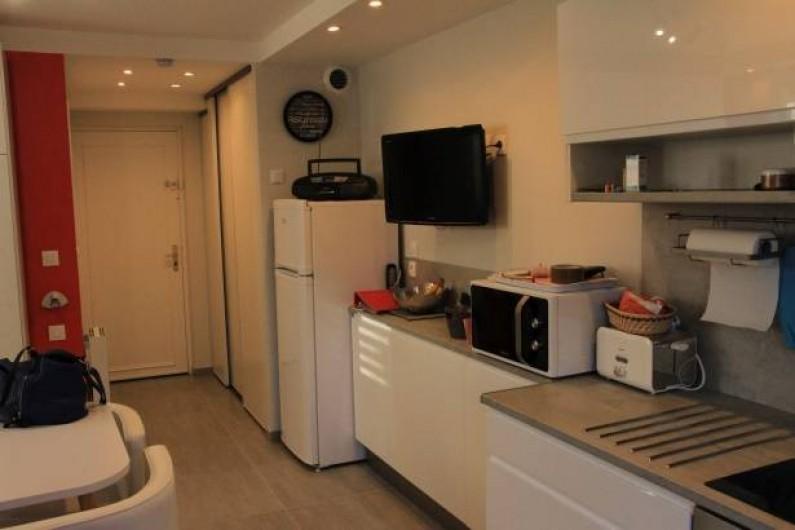 Location de vacances - Studio à Juan les Pins - Entrée avec à gauche placard et début de la cuisine