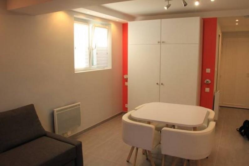 Location de vacances - Studio à Juan les Pins - Table et chaises encastrables style scandinave