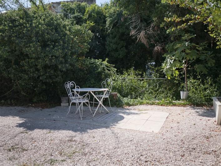 Location de vacances - Gîte à L'Isle-sur-la-Sorgue - cour ouest
