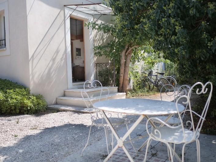 Location de vacances - Gîte à L'Isle-sur-la-Sorgue - entrée sur cour ouest