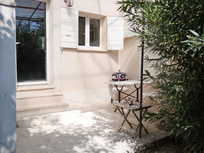 Location de vacances - Gîte à L'Isle-sur-la-Sorgue - cour et jardinet sud